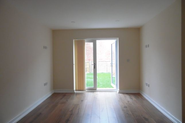 Thumbnail Town house to rent in Acorn Street, Leicester