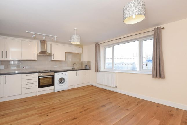 Thumbnail Flat to rent in Chertsey Road, Woking