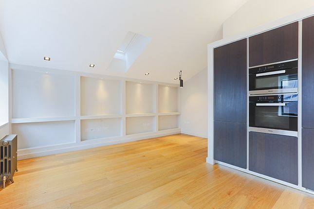 2 bed flat to rent in Grosvenor Road, London