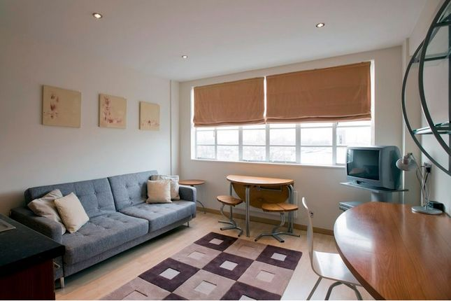 2 bed flat to rent in Roland Gardens, London