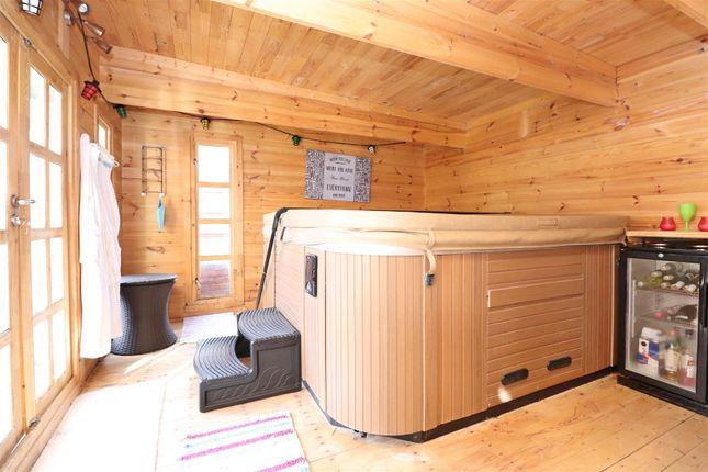 Sc Cabin of Stanton Close, St.Albans AL4