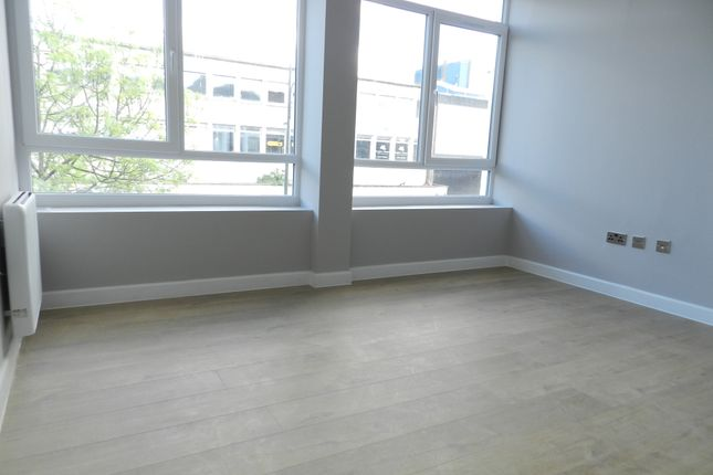 1 bed flat to rent in The Broadway, Crawley