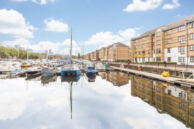 2 bed flat to rent in Transom Close, London