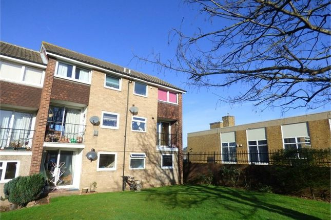Thumbnail Flat to rent in Shelley Close, Langley, Berkshire
