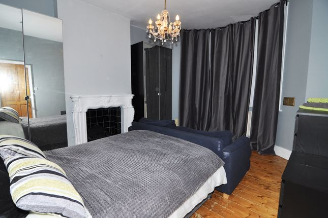 Room to rent in Loftus Road, Shepherds Bush, London