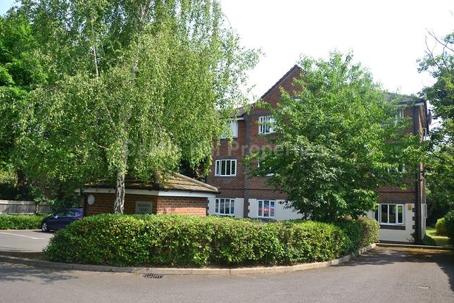 2 bed flat to rent in Alice Walk, Ealing, London.