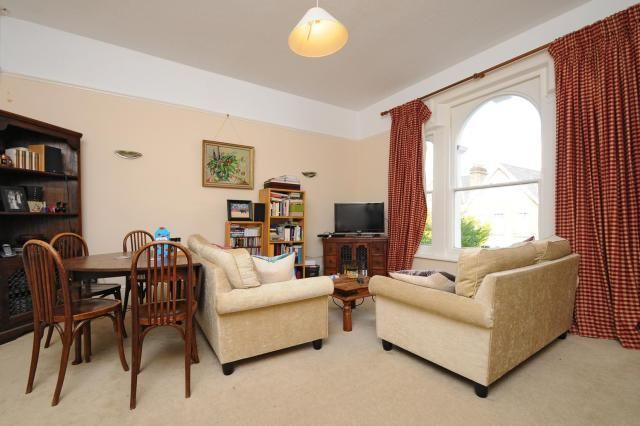 2 bed flat to rent in Richmond Hill, Surrey