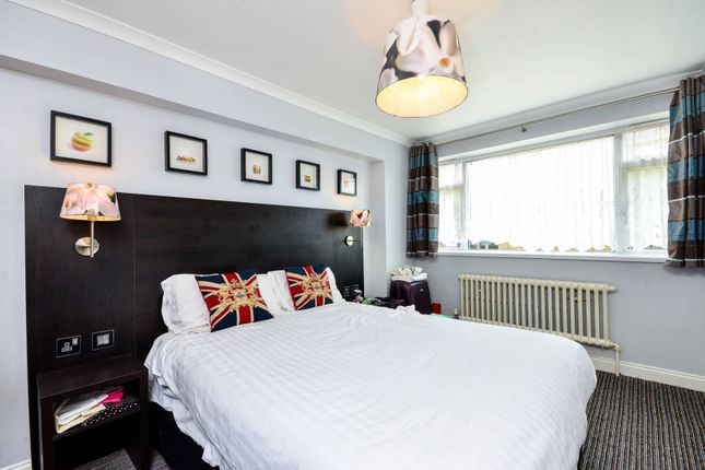 2 bed flat to rent in Churchill Gardens, Pimlico