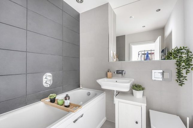 Bathroom of Bedwyn Mews, Reading RG2