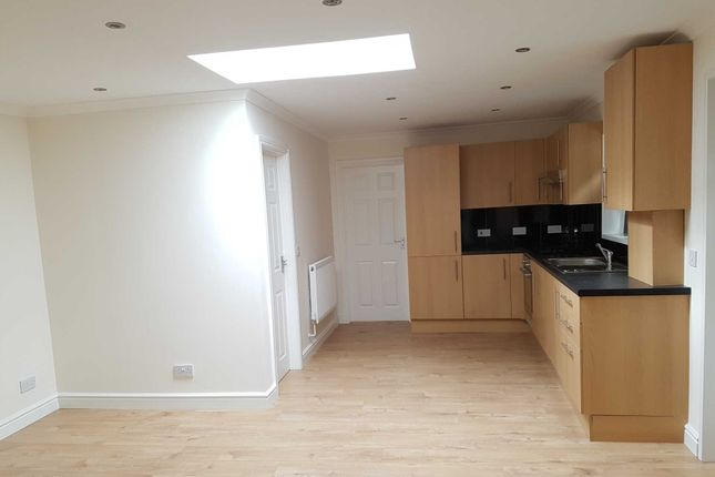 2 bed flat to rent in Blandfield Road, London