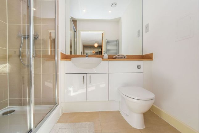 Master En-Suite of Booth Road, London E16