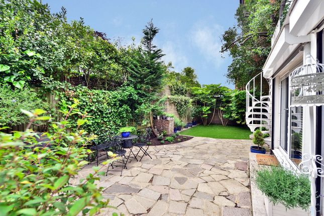 Thumbnail Detached house for sale in Bishopswood Road, Kenwood, London