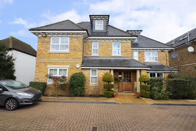Flat to rent in Ducks Hill Road, Northwood