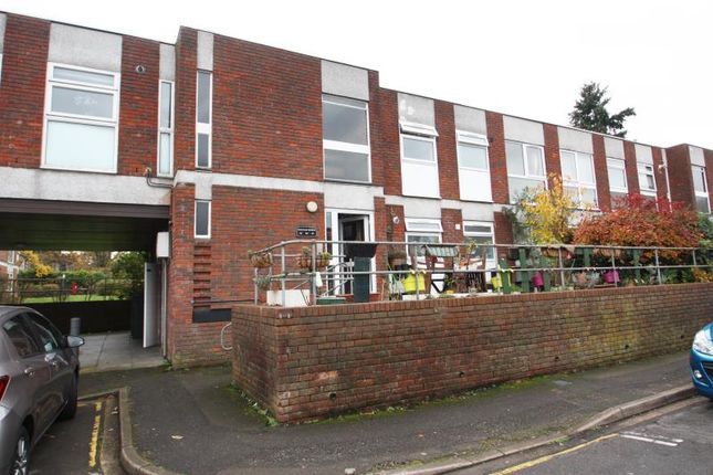 Thumbnail Flat to rent in Brantwood Gdns, W. Byfleet