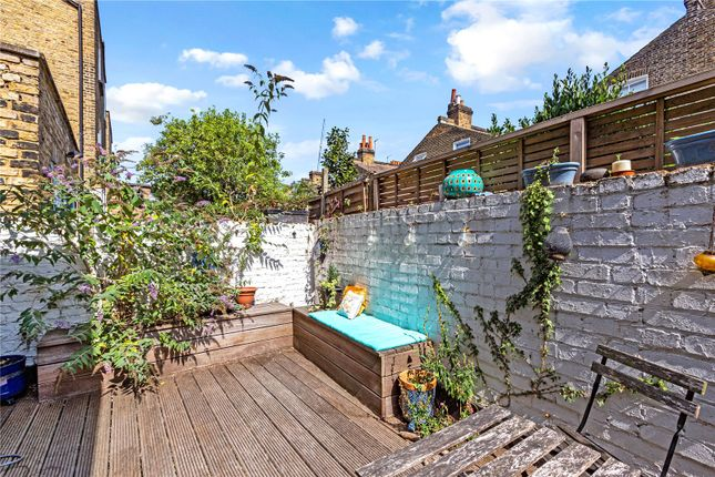 2 bed flat to rent in Mayflower Road, London SW9