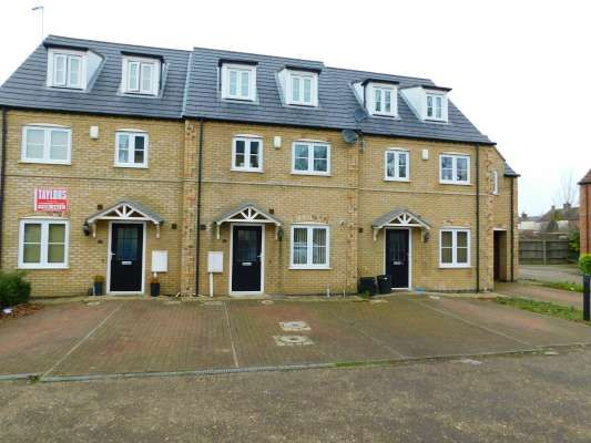 Thumbnail Town house to rent in Oak Square, Crowland