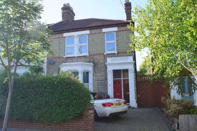 2 bed flat to rent in The Avenue, London