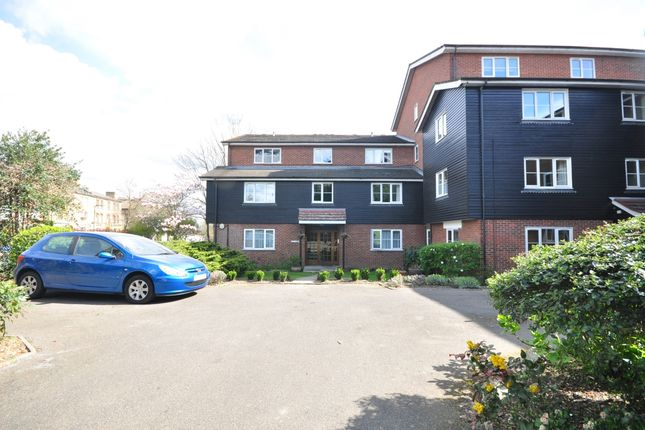 2 bed flat to rent in Grosvenor Road, London E11