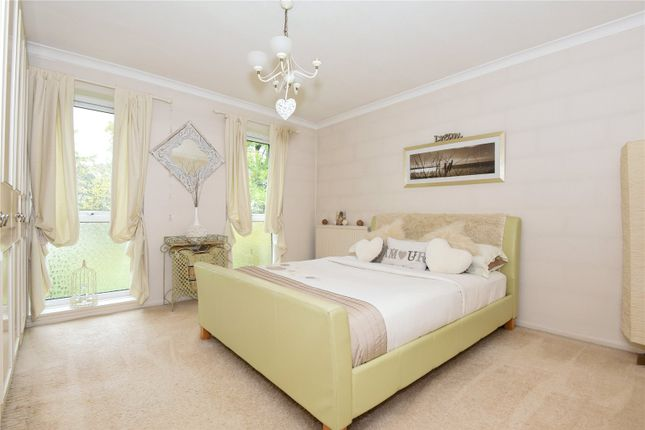Thumbnail Flat for sale in Roundhedge Way, Enfield