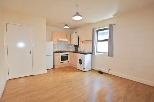 Flat to rent in High Street, Walthamstow, London