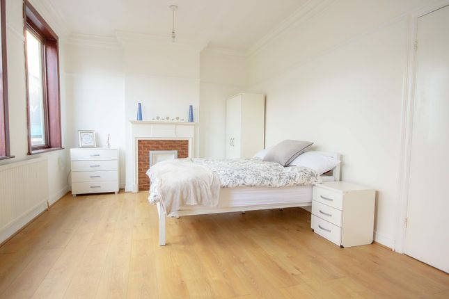 Thumbnail Room to rent in Room 1, Station Parade, Ealing