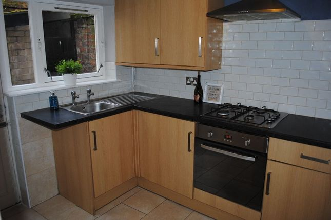5 bed terraced house to rent in Stanley Place, Preston, Lancashire PR1