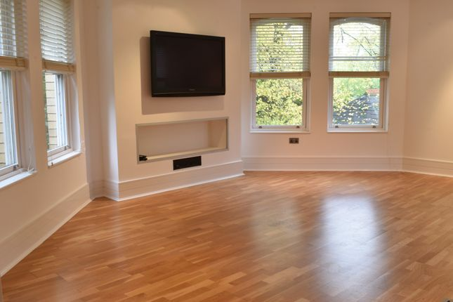 Thumbnail Flat to rent in Eversley, Dunham Road, Altrincham, Cheshire