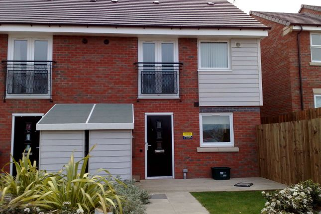 Thumbnail Town house for sale in Padside Close, Leicester