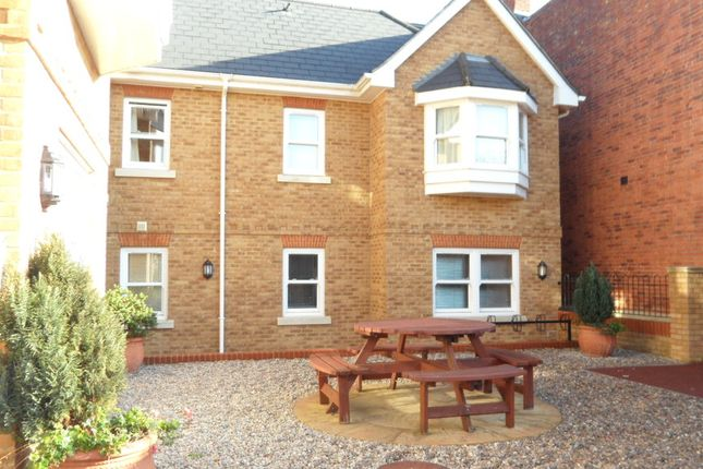 Flat to rent in North Street, Egham
