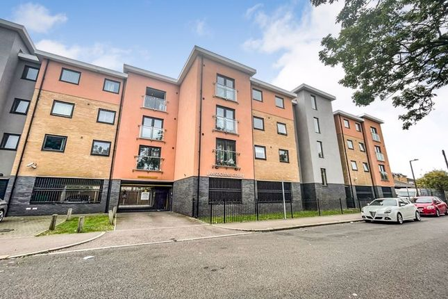 2 bed flat to rent in Lansdowne Road, Tilbury RM18