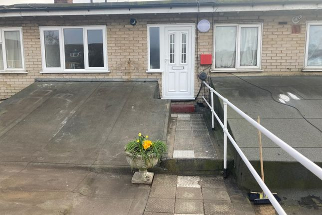 1 bed flat to rent in Chase Cross Road, Collier Row, Romford RM5