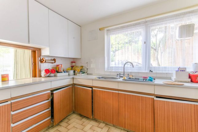 Thumbnail Flat for sale in Foxgrove, Southgate