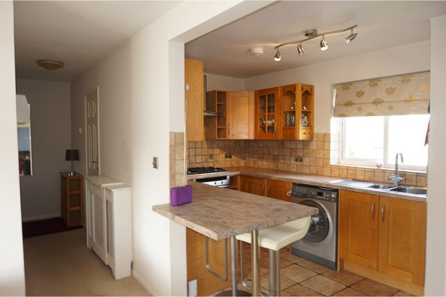 2 bed flat to rent in Woodlands Close, Crawley