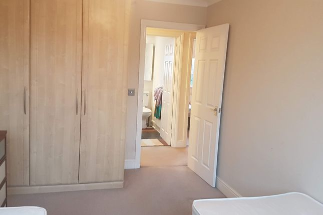 Thumbnail Shared accommodation to rent in Willow Close, Colnbrook