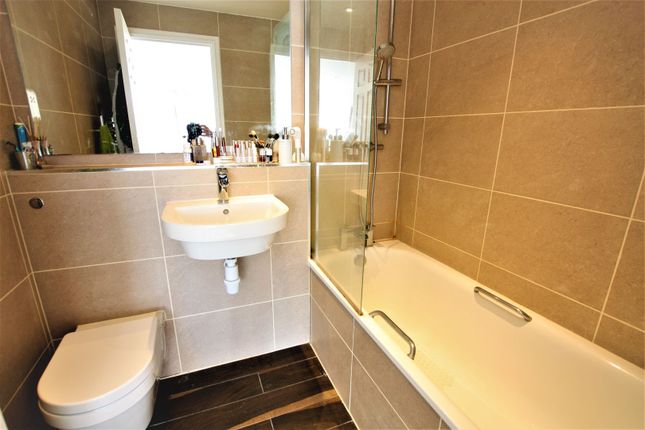 Master En-Suite of 108 Regency Street, Westminster SW1P