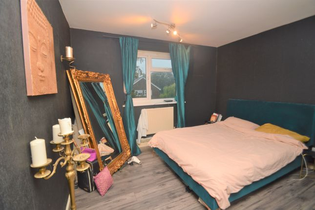 Flat for sale in Lamport Close, London