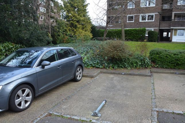 Parking/garage to rent in Justin Close, Brentford