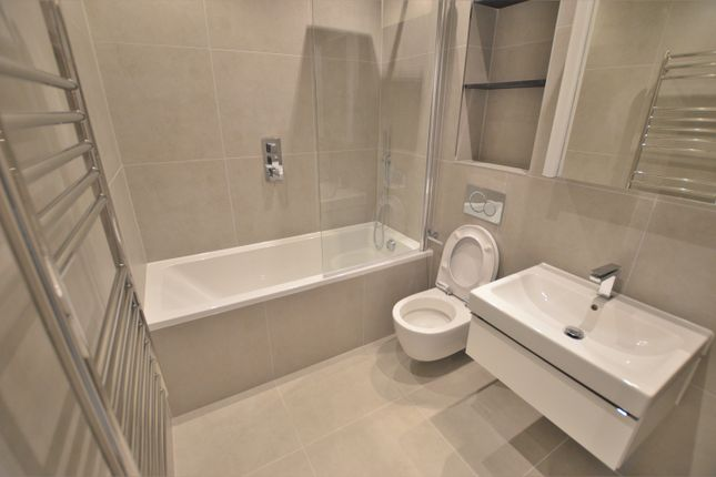 Thumbnail Flat to rent in Bath Road, Cippenham, Slough