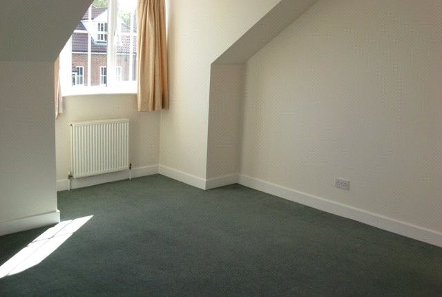 2 bed flat to rent in Laurel House, Aspen Vale, Whyteleafe, Surrey CR3