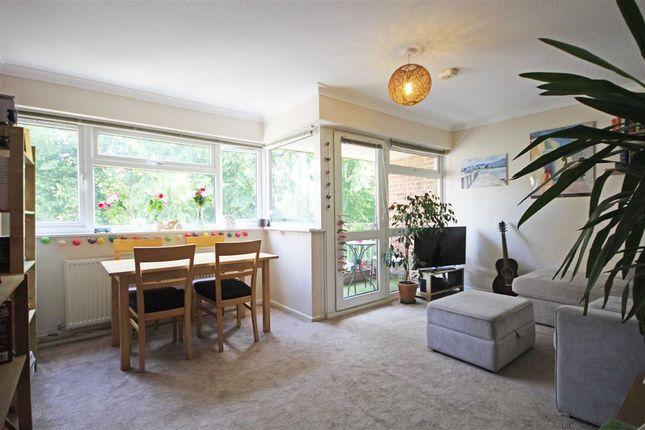 3 bed flat to rent in Avenue Road, Hampton