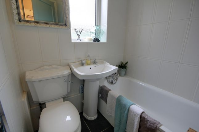 Bathroom of Northumberland Avenue, Reading RG2