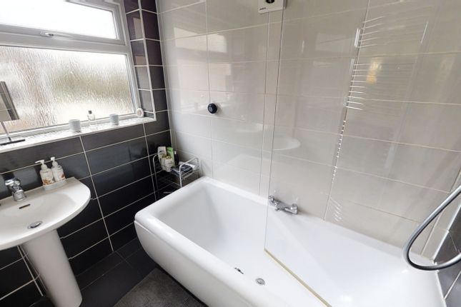 Bathroom of Peveril Close, Whitefield M45