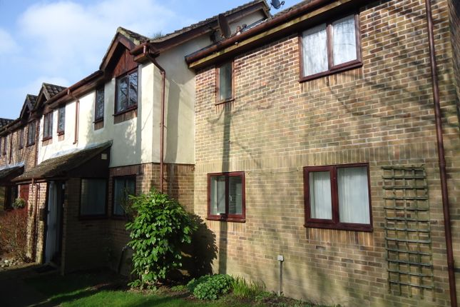 2 bed terraced house to rent in Blackswan Close, Crawley