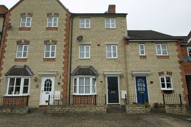 3 bed town house to rent in Mallards Way, Bicester