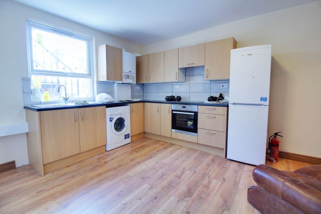 3 bed flat to rent in Leytonstone High Road, London