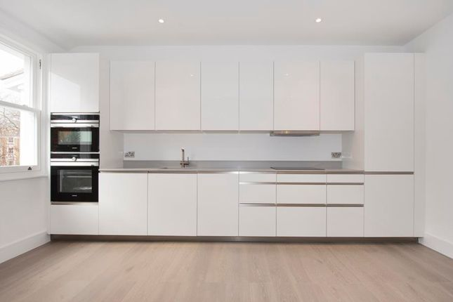 2 bed flat for sale in North Common Road, London