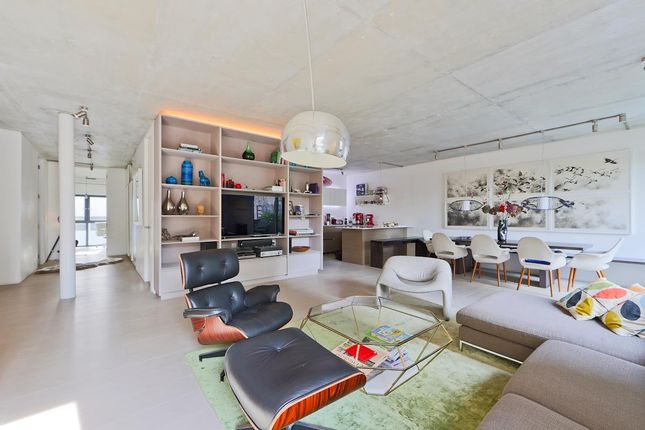 Thumbnail Flat for sale in Oval Road, London