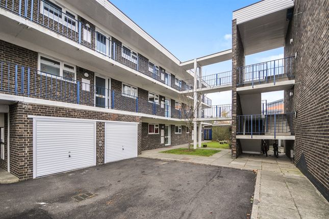 2 bed flat for sale in Goldlay Avenue, Chelmsford