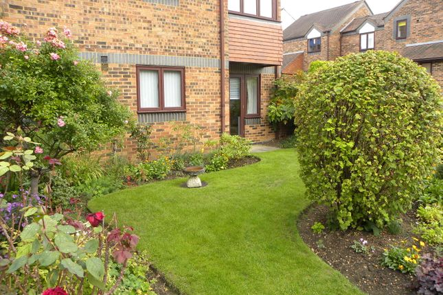 Thumbnail Flat for sale in Belmont Hill, St. Albans, Herts.