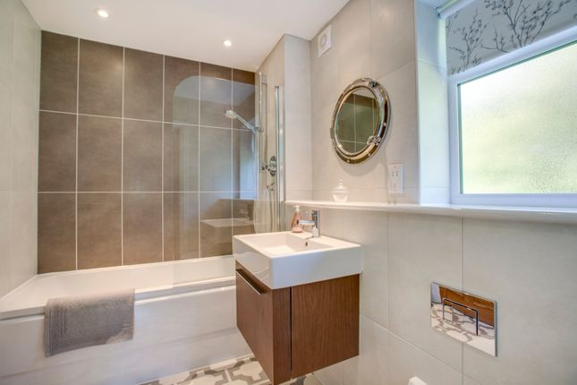 Family Bathroom of Willow Tree Place, Chalfont St Peter, Buckinghamshire SL9